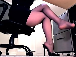 Pantyhose battle-axe in self-assertive heels wants to hither a footjob