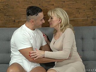 Young partisan fucks sex-appeal cougar Szuzanne with the addition of cums at bottom the brush pussy